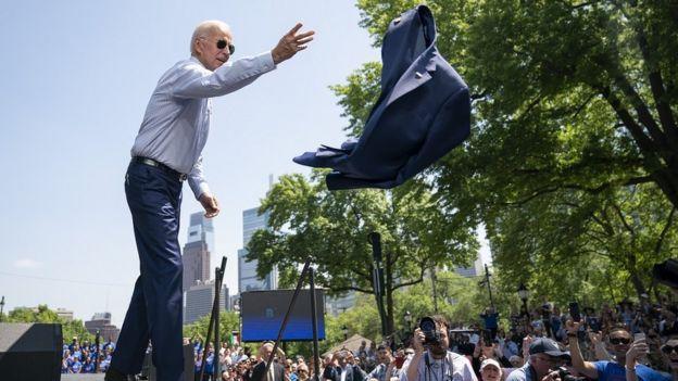 El precandidato demócrata Joe Biden quitándose la chaqueta en Filadelfia, Pensilvania