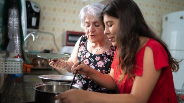Dos mujeres en la cocina