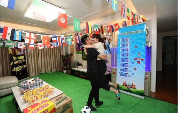6月12日,中國鄭州一對夫婦在家佈置迎接世界盃。
