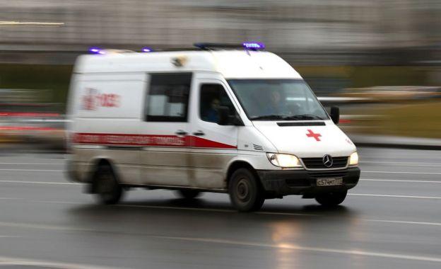 Машина скорой помощи на дороге