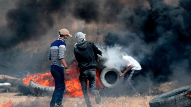 Palestinians burn tyres to create smokescreen on the border
