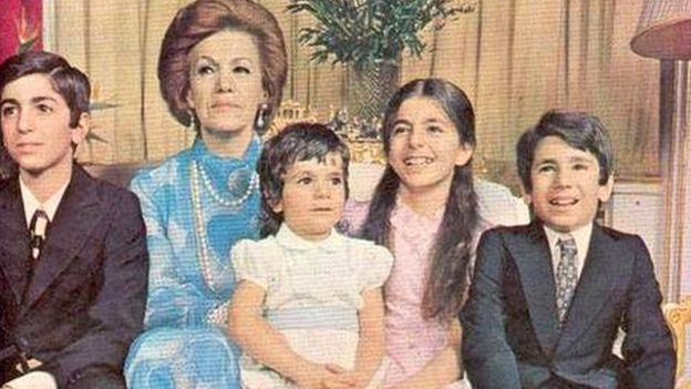 از راست به چپ: علیرضا پهلوی، فرحناز پهلوی، لیلا پهلوی، فریده دیبا، رضا پهلوی