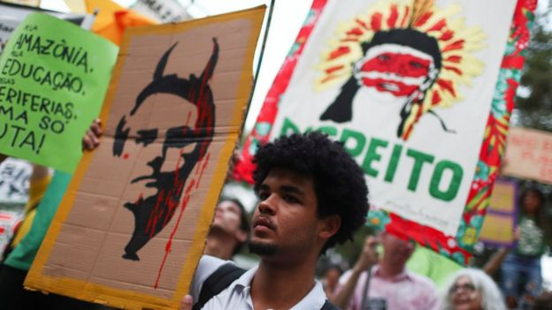 Manifestante no Rio de Janeiro exibe cartaz satirizando Bolsonaro