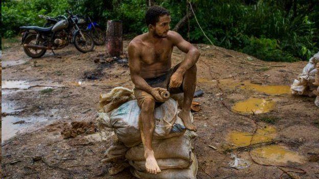 Homem na lama