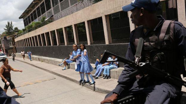 Policía patrulla las calles de Tegucigalpa, Honduras