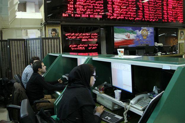 بعضی از فعالان بازار ارز روان شدن نقدینگی به سایر بازارها نظیر بورس را علت افت قیمت ارز دانستهاند