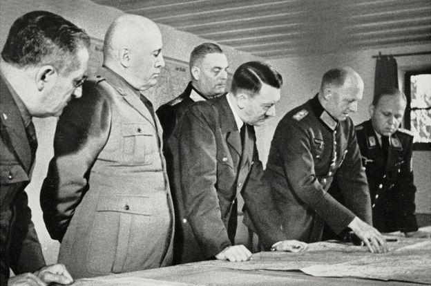 آشیانهٔ گرگ، اوت 1941: هیتلر(نفر وسط) و موسولینی (نفر دوم از چپ) نقشه های جبههٔ روس ها را بررسی می کنند