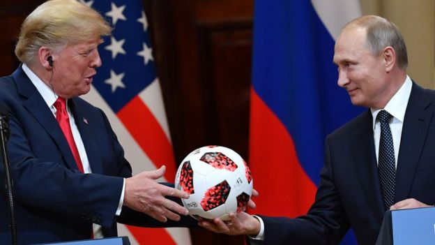 Vladimir Poutine offre un ballon de foot à Donald Trump