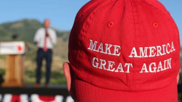 """Un hombre usa una gorra con el lema de Trump """"Make America Great Again"""""""