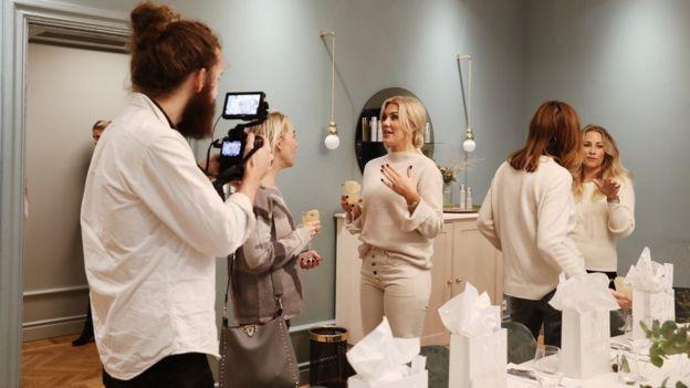 Lowengrip conversa durante el lanzamiento de uno de los productos de LCC. (Foto: Isabella Lowengrip)