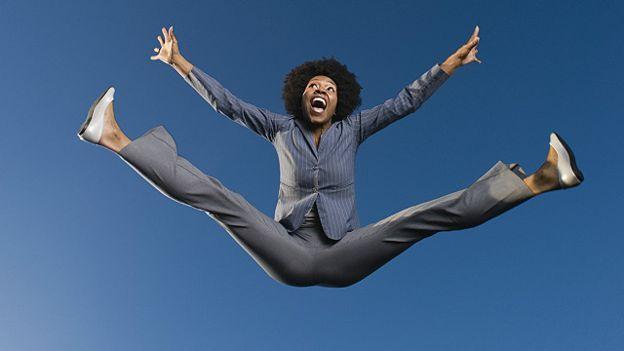 Una mujer salta en el aire de felicidad