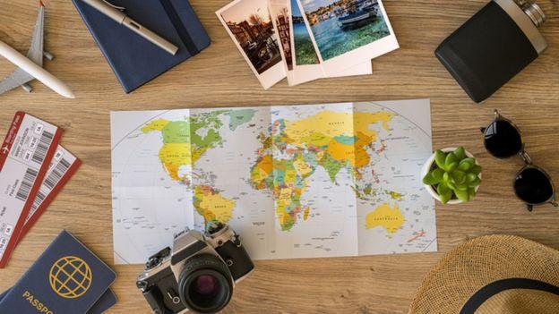 Un mapa, pasajes y fotos de viajes