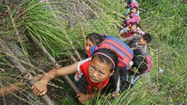 懸崖村從前的藤梯也是孩子的上學路