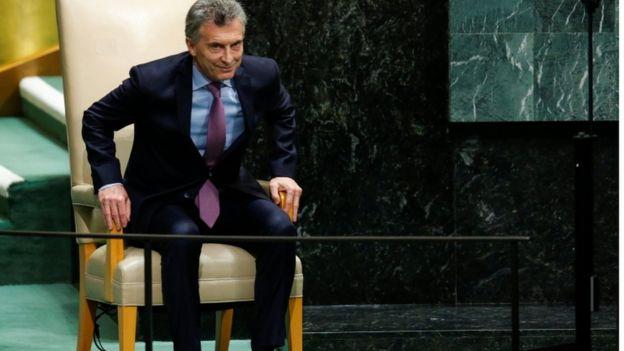 Mauricio Macri se levanta de uma cadeira
