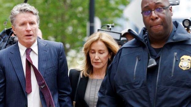 La actriz Felicity Huffman a su llegada al tribunal de Boston, Estados Unidos