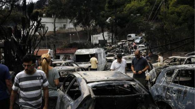 24 iyulda Afina yaxınlığında yanmış avtomobillər
