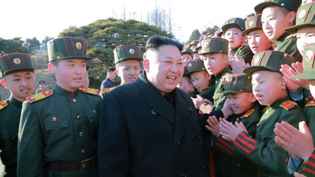 Kim Jong-un en una escuela.