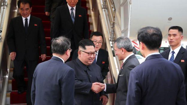کیم جونگ اون، رهبر کره شمالی و دونالد ترامپ، رئیس جمهور آمریکا برای دیدار تارخی دو کشور در سنگاپور بسر میبرند