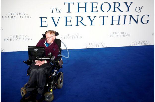 霍金教授在伦敦影院出席一部以其生活为基础的电影首映式(2014年12月9日)。