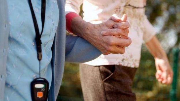 Las autoridades británicas revelaron que hubo infecciones de covid-19 en más de 2.000 residencias de ancianos en Inglaterra: cientos de personas murieron, pero no aparecen en las estadísticas oficiales.