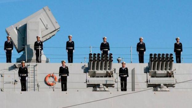Marinheiros chineses a bordo de navio