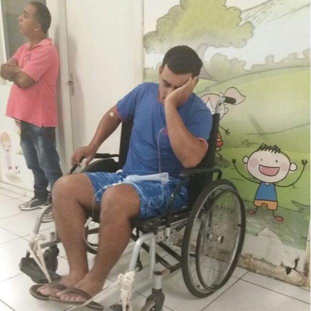 Anderson Santos durante atendimento