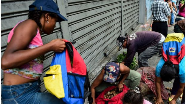 Gente buscando comida en Venezuela.