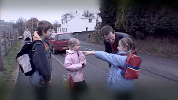 Sean, Claire a Lousie Ruysch gyda'i tad ar ddiwedd eu diwrnod cyntaf yn Ysgol Cribyn, Medi 2003