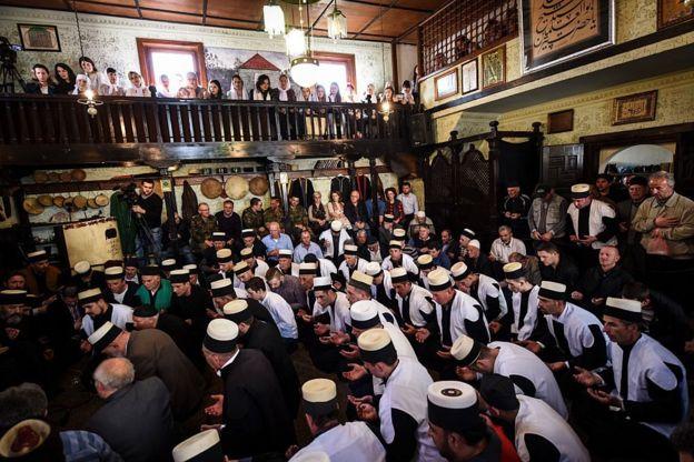 الدروايش في كوسوفو أثناء احتفالاتهم بنوروز في مسجد بريزرن