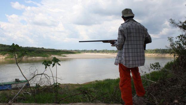 Vigilante armado protege tartarugas às margens do rio Juruá