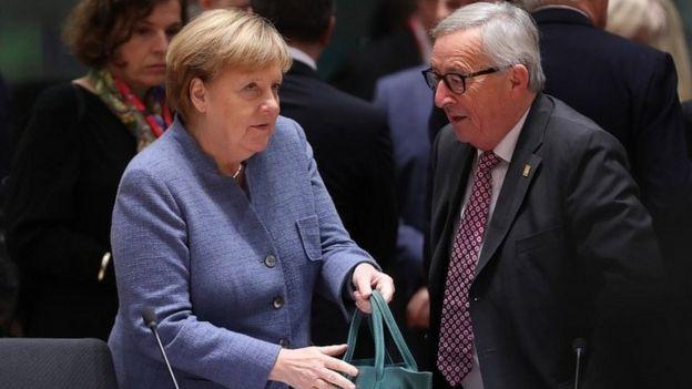 Ángela Merkel (izq.) y Jean-Claude Juncker
