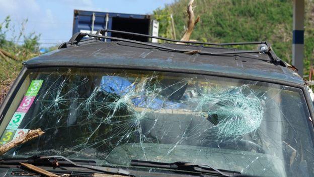 Cristales de vehículos con impactos de cocos.