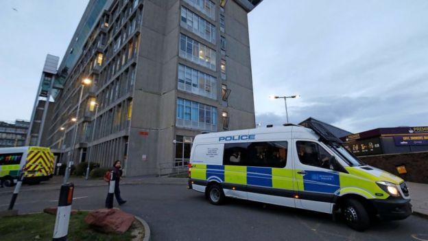 Hastane önünde polis arabası