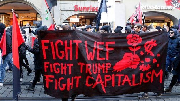هر سال همزمان با برگزاری نشست داووس، منتقدین عموما چپگرای جهانیسازی نیز در نقاط مختلف از جمله در محل برپایی نشست به اعتراضهایی دست میزنند