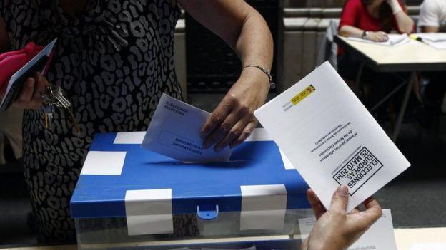 Жена гласува в Испания в 2014