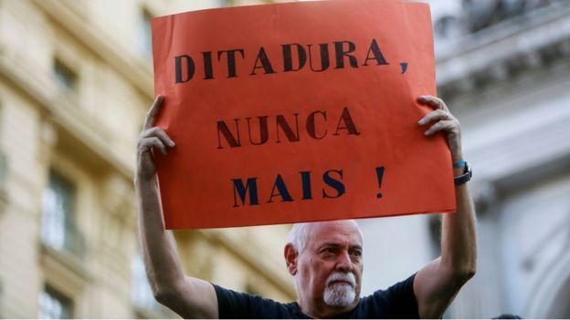 """Cartaz escrito """"Ditadura Nunca Mais"""" em protesto contra a comemoração do golpe de 1964"""