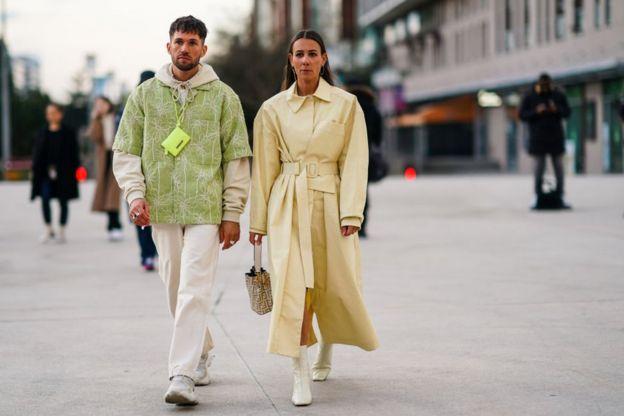 мужчина и женщина на улице во время показа Французской недели моды