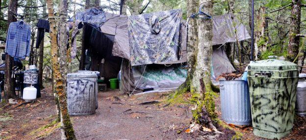 O acampamento de Knight, com roupas penduradas e uma barraca