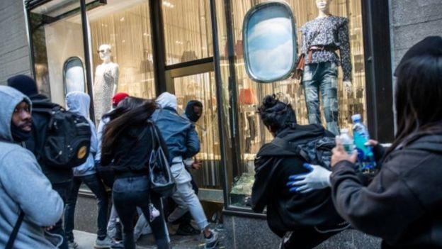 New York ngày 1/6: Người lấy đồ từ một cửa hàng bị đập phá