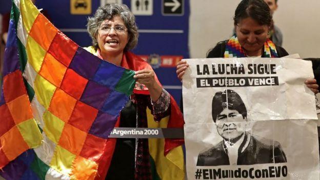 Simpatizantes de Evo Morales lo esperan en el aeropuerto en Argentina