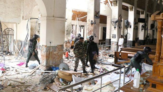 تصویری از درون کلیسای سنآنتونی که یکی از انفجارها در آن رخ داده است