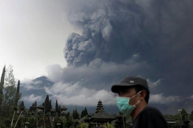 阿貢火山冒出濃煙