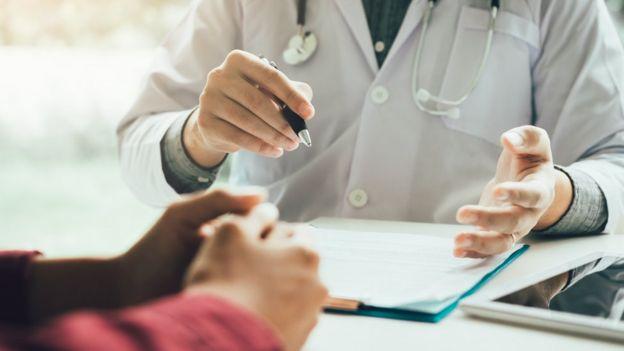 Médico atende paciente