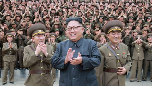 Kim Jong-un celebra el 4 de julio rodeado de militares norcoreanos el éxito en el lanzamiento de un misil intercontinental