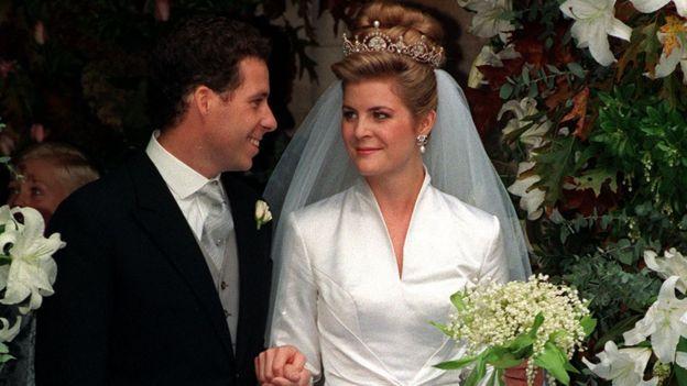 граф и графиня в свадебных нарядах