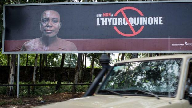 Una valla que hace campaña contra el uso de la hidroquinona en Kinshasa, capital de la República Democrática de Congo