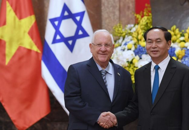 Israel's President Reuven Rivlin (L) shakes hands with his Vietnamese counterpart Tran Dai Quang during a welcoming ceremony at the presidential palace in Hanoi o­n March 20, 2017