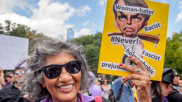 """Mujer manifestante de """"#EleNão"""""""