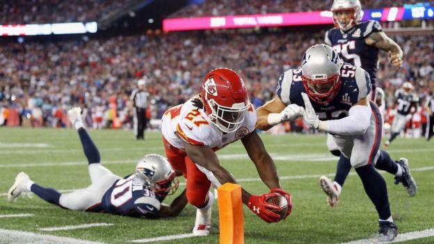 Acción del partido entre los Chiefs y los Patriots