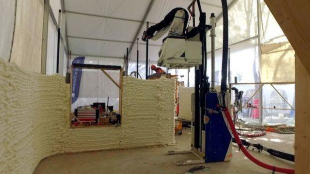 Impressora 3D fazendo paredes da casa